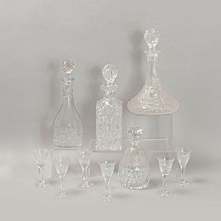Lote de licoreras y copas. Siglo XX. Elaboradas en cristal cortado. Consta de: 4 licoreras y 6 copas para licor.