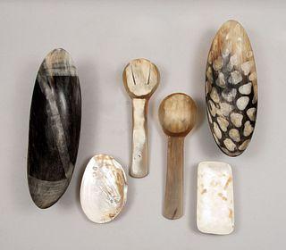 Lote de artículos decorativos. SXX. En talla de cuerno y concha nácar. Consta de: concha, plato, 2 centros de mesa, otros. Piezas: 6.