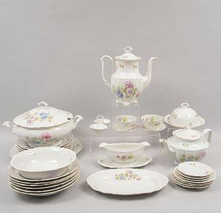 Servicio de vajilla. Polonia, años 1945 - 1952. Elaborada en porcelana Carl Tielsch Walbrzych con motivos florales. Piezas: 68