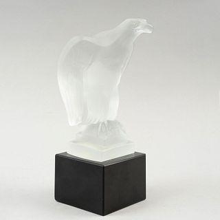 Figura de águila. Francia, siglo XX. Elaborada en cristal opaco Lalique con base de vidrio color negro y bordes biselados.