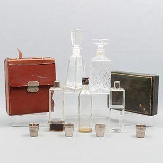 Lote de 11 piezas. Diferentes orígenes. SXX. En cristal, metal y cuero. Consta de: 2 estuches, 4 caballitos y 5 licoreras.