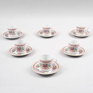 Juego de té. China, siglo XX. Elaborado en porcelana acabado brillante. Decorados con motivos florales. Piezas: 12.