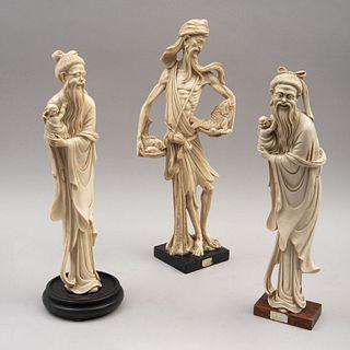 Lote de figuras decorativas orientales. China, siglo XX Elaborados en pasta, acabado crudo, dos con base de madera. Piezas: 3