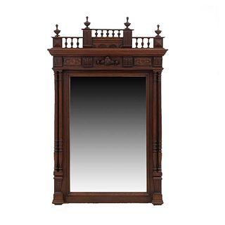 Espejo. Francia. Siglo XX. Estilo Enrique II. En talla de madera de nogal. Con luna rectangular. 135 x 92 x 10 cm.