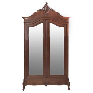 Armario. Francia. Siglo XX. Estilo Luis XV. Con 2 puertas abatibles con espejos de luna irregular y cajón. 277 x 148 x 55 cm.