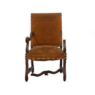 Sillón. Francia. Siglo XX. Estilo Enrique II. En talla de madera de roble. Con respaldo cerrado y asiento en tapicería color mostaza.