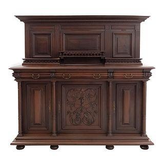 Trinchador. Francia. Siglo XX. Estilo Enrique II. En talla de madera de nogal. Con 3 cajones y 3 puertas. 165 x 179 x 61 cm.