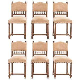 Lote de 6 sillas. Francia. Siglo XX. Estilo Enrique II. En madera de nogal. Con respaldos semiabiertos y asientos en tapicería arena.