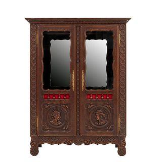 Vitrina. Francia. Siglo XX. Estilo Bretón. En talla de madera de roble. Con 2 puertas abatibles con cristal. 154 x 116 x 46 cm.