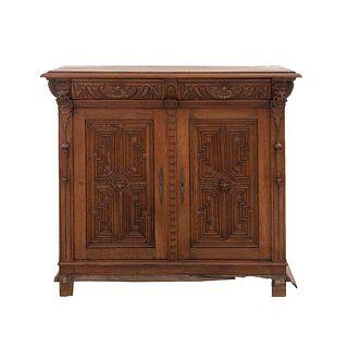 Buffet. Francia. Siglo XX. En talla de madera de roble. Con 2 cajones y 2 puertas abatibles. 105 x 118 x 50 cm.