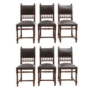 Lote de 6 sillas. Francia. Siglo XX. Estilo Enrique II. En talla de madera de nogal. Con respaldos semiabiertos y asientos tipo piel.