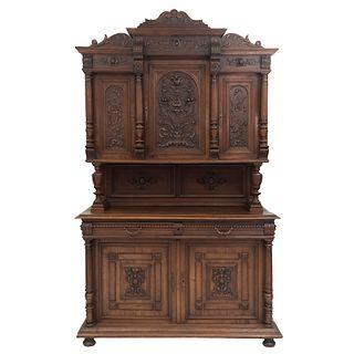 Buffet. Francia. Siglo XX. Estilo Enrique II. En talla de madera de nogal. A 2 cuerpos. Con 2 cajones y 5 puertas. 248 x 150 x 56 cm.