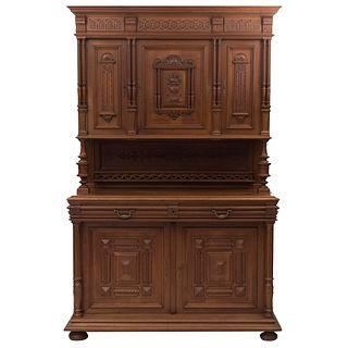 Buffet. Francia. Siglo XX. Estilo Enrique II. En talla de madera de nogal. A 2 cuerpos. Con 2 cajones y 5 puertas. 235 x 153 x 64 cm