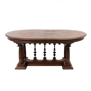 Mesa. Francia. Siglo XX. Estilo Enrique II. En talla de madera de nogal. Con cubierta oval y sistema de extensiones. 74 x 171 x 135 cm