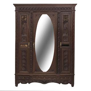 Armario. Francia. Siglo XX. Estilo Bretón. En madera de roble. Con 3 puertas abatible, una con espejo y 3 cajones. 226 x 170 x 55 cm