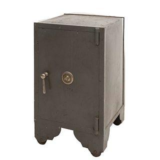 Caja fuerte. Siglo XX. Elaborada en metal. Color gris. Con puerta abatible, manija y perilla. 79 x 48 x 48 cm.