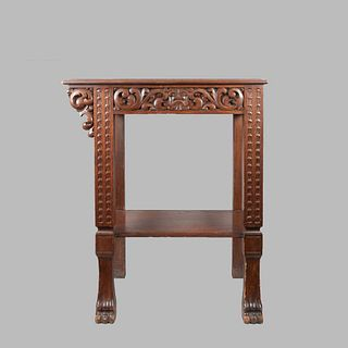 Mesa auxiliar. Siglo XX. Estilo Colonial. En talla de madera. Con cubierta rectangular y entrepaño inferior. 80 x 70 x 45 cm