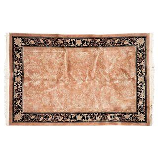 Tapete. China, siglo XX. Estilo Pekin. Elaborado en lana y algodón. Decorado con cenefa de motivos vegetales y geométricos.