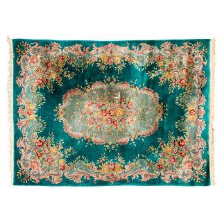 Tapete. China, siglo XX. Estilo Abousson. Elaborado en fibras de lana y algodón. Decorado con medallón central. 359 x 273 cm.