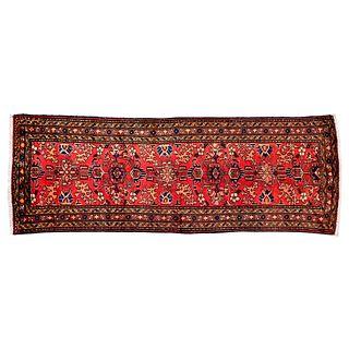Tapete.  Persia, sigo XX. Estilo Mashad. Anudado a mano en fibras de lana y algodón. 292 x 107 cm