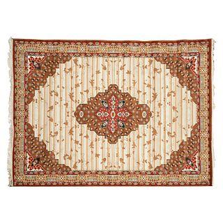 Tapete. Persia, siglo XX. Estilo Mashad. Elaborado en fibras sintéticas y algodón. Con medallón central. 350 x 250 cm