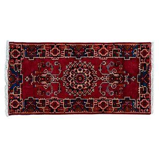 Tapete.  Irán, siglo XX. Estilo Tabriz. Elaborado en fibras de lana y algodón. Decorado con motivos florales y orgánicos.