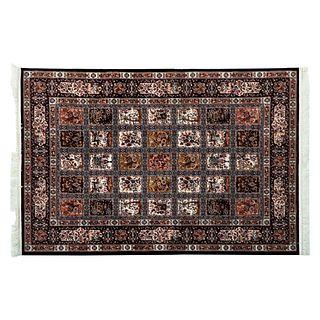 Tapete. Persia. Siglo XX. Diseño Casetonado. Elaborado en fibras de lana y algodón. Decorado con elementos vegetales.