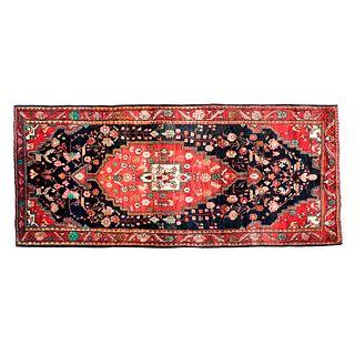 Tapete de pasillo. Persia, siglo XX. Estilo Tabriz. Elaborado en fibras de lana y algodón. Decorado con medallón central.