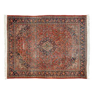 Tapete. Turquía, siglo XX. Estilo Mashad. Elaborado en fibras de lana de algodón. Con medallón central y motivos florales
