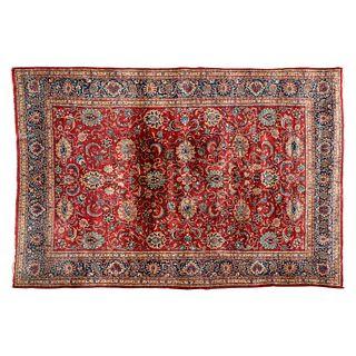 Tapete. Persia, siglo XX. Estilo Mashad. Elaborada en fibras de lana y algodón. Decorada con elementos vegetales y florales.