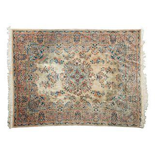 Tapete. China. Siglo XX. Estilo Pekin. Elaborado en fibras de lana y algodón. Decorado con motivos florales. 362 x 275 cm