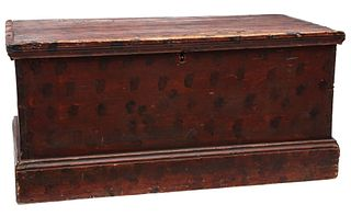 A 19TH C. BLANKET CHEST IN RED STAIN WITH SPONGING
