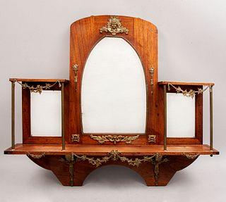 Repisa. SXX. En talla de madera. Con 3 espejos, uno con luna irregular y 2 rectangulares. Decorado con aplicaciones de metal dorado.