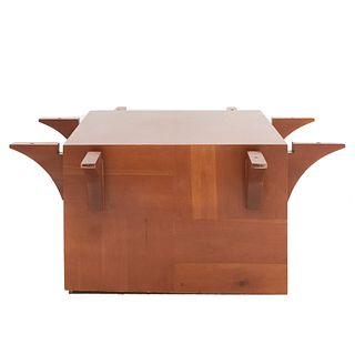 Base para mesa. Siglo XX. Diseño cuadrangular. En talla de madera. Sin cubierta y soporte liso. 73 x 170 x 170 cm.