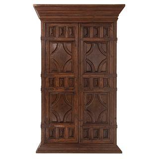 Armario. Siglo XX. En talla de madera. Con 2 puertas abatibles y soportes tipo zócalo. Decorado con elementos acanalados.