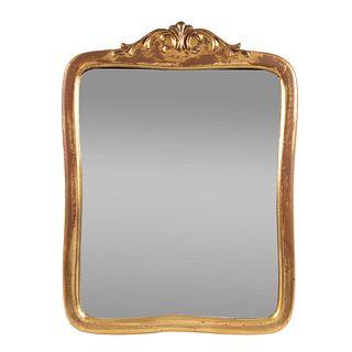 Espejo. SXX. En talla de madera. Con luna rectangular. Decorado con esmalte dorado, elementos vegetales y orgánicos en el remate.