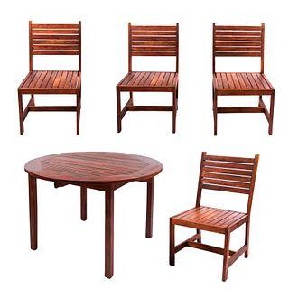 Antecomedor para exterior. Guadalajara, México. SXXI. En talla de madera de Teka. Marca Arkideck. Consta de: Mesa y 4 sillas. Pzs: 5