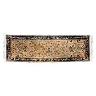 Tapete de pasillo. Persia, Sarough Sherkat Faish, siglo XX. Anudado a mano en fibras de lana y algodón. Decorado con motivos florales.