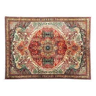 Tapete. Turquía. Siglo XX. Estilo Mashad. Elaborado en lana y algodón. Decorado con medallón central. 341 x 246 cm