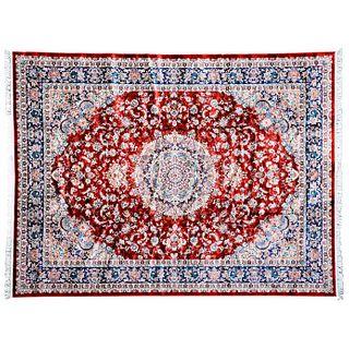 Tapete. Turquía. Siglo XXI. Estilo Mashad. Anudado a mano en fibras de lana. Decorado con medallón central. 392 x 288 cm