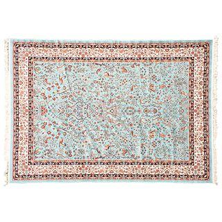 Tapete. Turquía, Siglo XX. Sarough Sherkat Faish. Elaborado en fibras de lana. Decorado con elementos zoomorfos. 351 x 250 cm