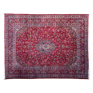 Tapete. Persia. Siglo XX. Estilo Mashad. Anudado a mano en fibras de lana. Decorado con medallón central. 380 x 293 cm