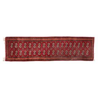 Tapete de pasillo. Pakistán. Siglo XX. Estilo Boukhara. Elaborado en fibras de lana y algodón. 80 x 315 cm