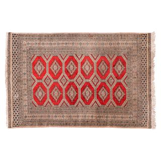 Tapete de pasillo. Pakistán. Siglo XX. Estilo Boukhara. Elaborado en fibras de lana y algodón. 94 x 183 cm