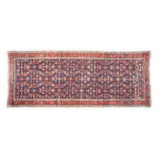 Tapete de pasillo. Siglo XX. Estilo Mashad. Elaborado en fibras de lana y algodón. Decorado con elementos florales y geométricos. 328 x 130 cm