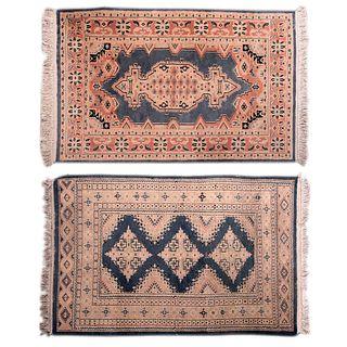 Lote de 2 tapetes. Siglo XX. Elaborados en fibras de lana y algodón, uno con abrash y anudado a mano.153 x 93 cm y 166 x 97 cm