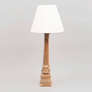 Lámpara de mesa. Siglo XX. Talla en ónix. Para una luz. Con pantalla de tela, fuste a manera de columna y base rectangular.