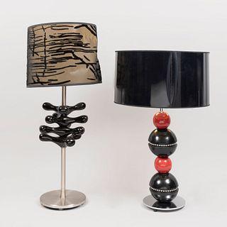 Lote de 2 lámparas de mesa. SXXI. Estilo Modernista. Estructura tubular de metal pulido con aplicaciones de acrilíco. Para una luz.