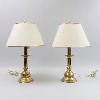 Par de lámparas. Siglo XX. Elaboradas en latón dorado. Electrificadas para una luz cada una. Con pantallas de tela color beige.