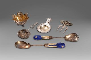 Lot consisting of 4 silver objects: two tea strainers, an oriental basket and a three-pointed fork of oriental taste; and two metal cutlery with Wedgw